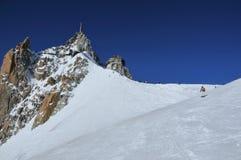 Sciatori e snowboarders che emergono sul ghiacciaio Fotografia Stock Libera da Diritti