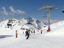 Sciatori su piste il giorno pieno di sole Fotografia Stock