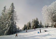 Sciatori su un pendio alla stazione sciistica in Carpathians, Ucraina Fotografie Stock Libere da Diritti