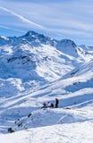 Sciatori sui pendii della stazione sciistica di Val Thorens Fotografie Stock Libere da Diritti