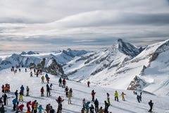 Sciatori sul ghiacciaio di Hintertux Fotografia Stock Libera da Diritti