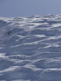 Sciatori sulla pista nell'alta area alpina dello sci Fotografia Stock