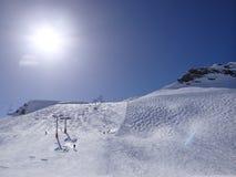 Sciatori sulla pista nell'alta area alpina dello sci Fotografia Stock Libera da Diritti