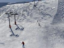 Sciatori sulla pista nell'alta area alpina dello sci Fotografie Stock Libere da Diritti