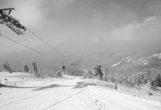 Sciatori sulla seggiovia - in bianco e nero fotografie stock libere da diritti