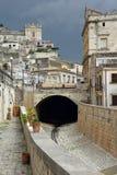 Scicli Sicilien, Italien den gamla stadmitten och den torra strömmen royaltyfri foto