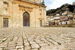 Scicli Sicilien, Italien Stenlagd fyrkant och barock kyrka arkivfoton