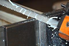 scie à ruban coupant le métal industriel Images libres de droits