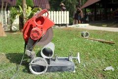 Scie électrique de circulaire coupant le tuyau de ciment Images stock