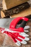 Scie, mitaines et bois de chauffage, plan rapproché photos libres de droits