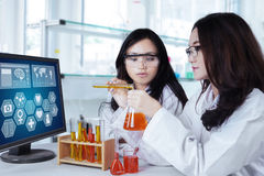 Science students doing experiment Royalty Free Stock Photos