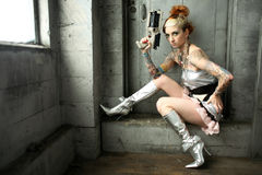 Sciencefictionfrau mit Gewehr Stockfotografie