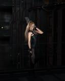 Sciencefictions-Heldin in einer dunklen Stadt-Straße Stockfotos