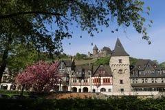 Scienic widok przy historycznymi ryglowymi domami, średniowieczny wierza i kasztelem na szczycie, obrazy royalty free
