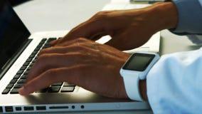Scientifique à l'aide de l'ordinateur portable dans le laboratoire banque de vidéos
