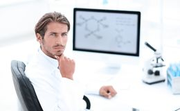 Scientifique à l'aide de l'ordinateur et du microscope dans le laboratoire images libres de droits