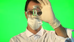 Scientifique analysant la bouteille liquide claire de forme banque de vidéos