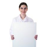 Scientifique auxiliaire de docteur féminin dans le manteau blanc au-dessus du fond d'isolement Image libre de droits