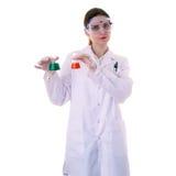 Scientifique auxiliaire féminin dans le manteau blanc au-dessus du fond d'isolement photographie stock libre de droits