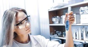 Scientifique avec des tubes ? essai photographie stock libre de droits