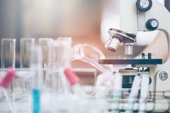 Scientifique avec l'équipement et les expériences de la science photos libres de droits