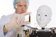 Scientifique brillant sérieux développant l'intelligence artificielle pour le combat Photo stock