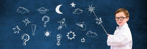 Scientifique d'écolier et dessin magique d'éducation d'univers de l'espace sur le tableau noir pour l'école photographie stock libre de droits