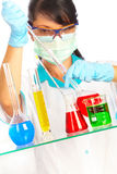 Scientifique dans le laboratoire avec des tubes à essai Images stock