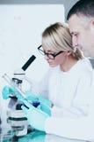 Scientifique dans le laboratoire chimique Images stock