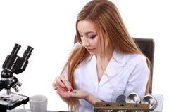 Scientifique de femme qui prend des pilules pour la migraine Photo libre de droits