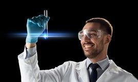 Scientifique de sourire dans les lunettes avec le tube à essai Photos libres de droits