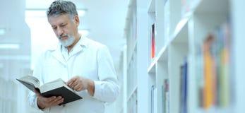 Scientifique/docteur renommés dans une bibliothèque Image libre de droits