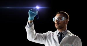 Scientifique en verres de sûreté avec le tube à essai Image libre de droits