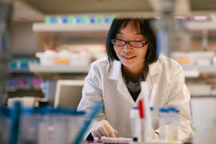 Scientifique féminin à un laboratoire biomédical images stock