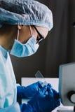 Scientifique féminin arrangeant des verres de microscope dans la boîte Photos stock