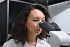 Scientifique féminin asiatique au microscope Image libre de droits