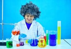 Scientifique féminin fou photos libres de droits