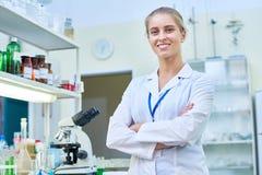 Scientifique féminin gai dans le laboratoire Photos stock