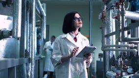 Scientifique féminin marchant par le laboratoire Photo libre de droits