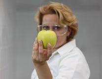 Scientifique féminin offrant la nourriture normale Photos stock
