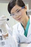 Scientifique féminine chinoise de femme dans un laboratoire Images stock