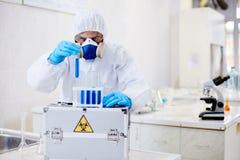 Scientifique Focused de recherche en matière de virologie sur le travail photographie stock libre de droits