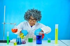 Scientifique fou d'homme dans le laboratoire de recherche photos stock