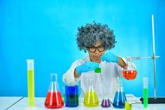 Scientifique fou d'homme dans le laboratoire de recherche image stock