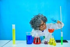 Scientifique fou d'homme dans le laboratoire de recherche photo stock