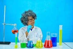 Scientifique fou d'homme dans le laboratoire de recherche photographie stock
