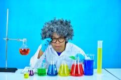 Scientifique fou d'homme dans le laboratoire de recherche images stock