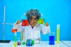 Scientifique fou d'homme dans le laboratoire de recherche photographie stock libre de droits