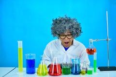 Scientifique fou d'homme dans le laboratoire de recherche photos libres de droits