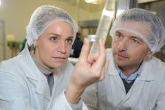 Scientifique industriel tenant l'objet Photographie stock